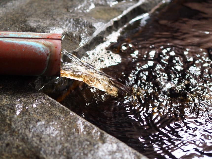 稲村ヶ崎温泉の黄金色の湯