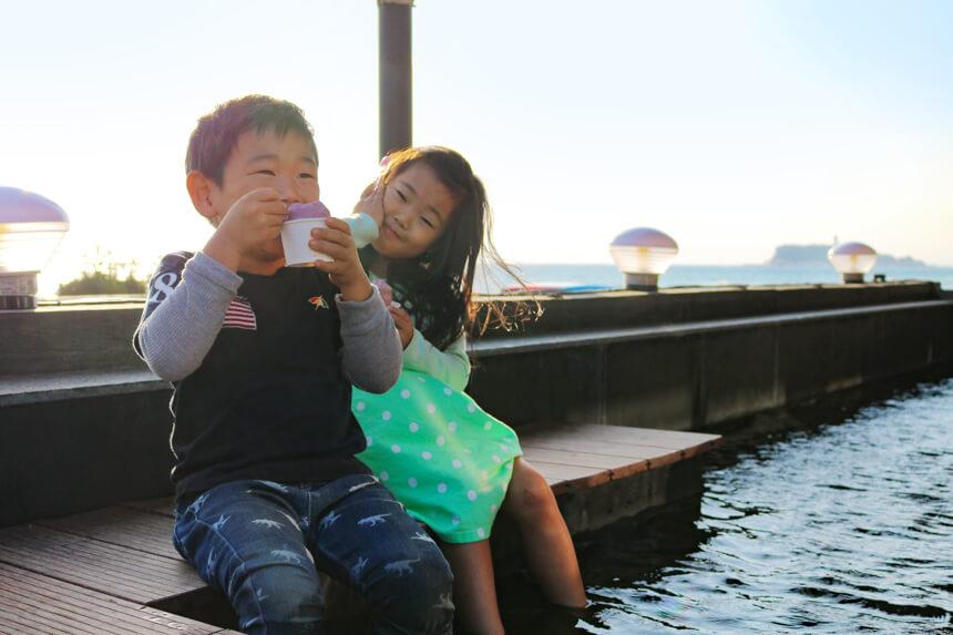 稲村ヶ崎温泉の足湯につかる子ども