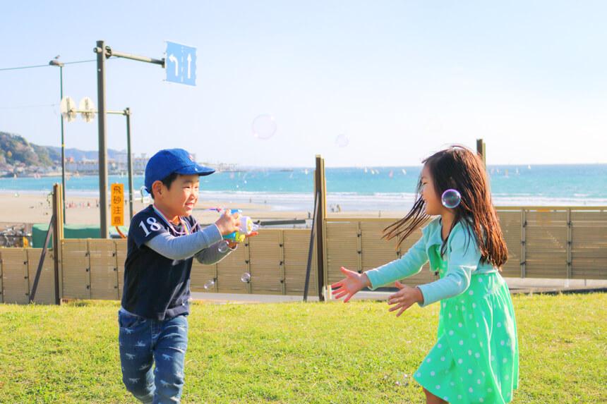 鎌倉海浜公園で遊ぶ子ども