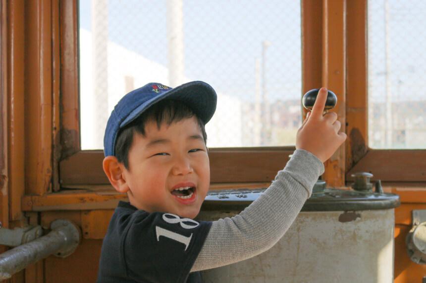 鎌倉海浜公園の江ノ電車両の運転手さん