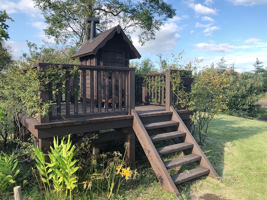 湘南・平塚の植物園『花菜ガーデン』のキッズビレッジ内小屋