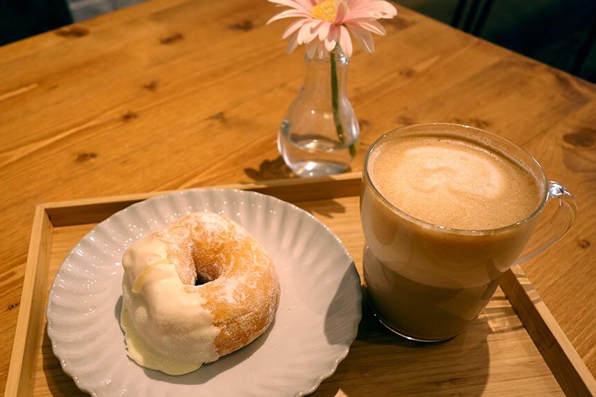 『ミサキドーナツ』のドーナツとカフェラテ