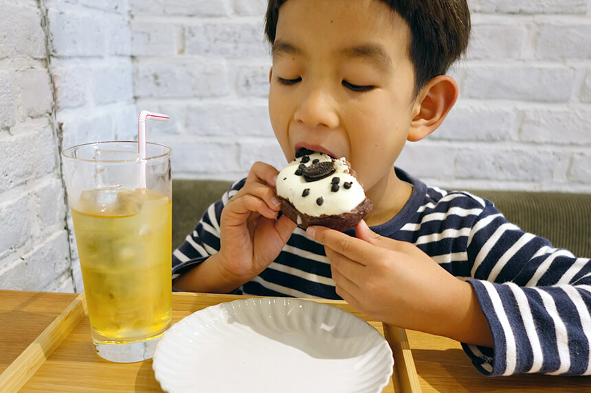『ミサキドーナツ』店内でドーナツを食べる子ども