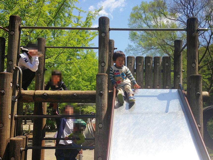 葉山『南郷上ノ山公園』の遊具で遊ぶ子ども