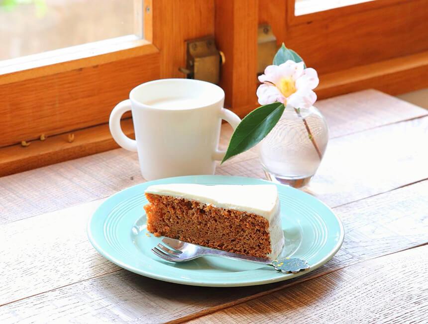 鎌倉のカフェ・ケーキ『POMPON CAKES(ポンポンケークス)』のキャロットケーキとミルク