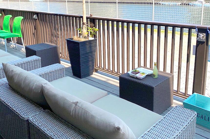 テイクアウトできる湘南のクリスマスデリ・江ノ島の『アンカーサーフタウンデリ』のテラス席