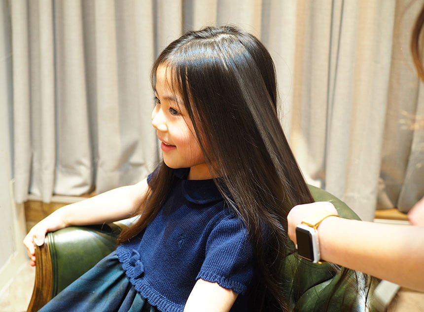 ディアスタジオ隣の美容室でヘアメイクする子ども