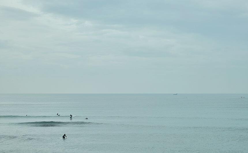 七里ヶ浜の海でサーフィン