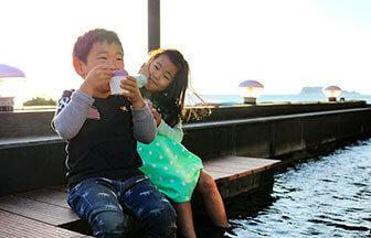 鎌倉・稲村ケ崎温泉の足湯をつかる子ども