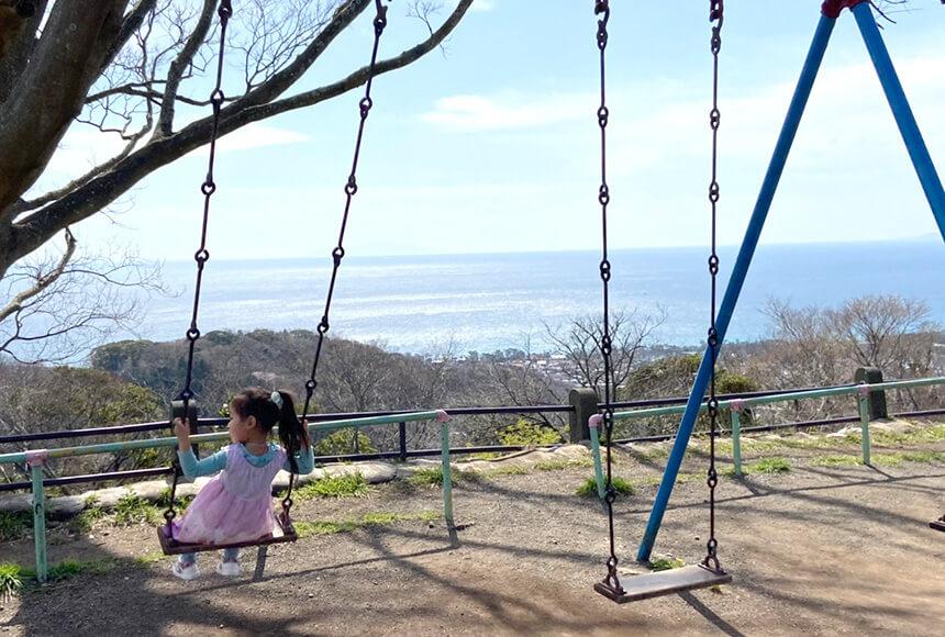 平塚『湘南平』のブランコで遊ぶ子ども