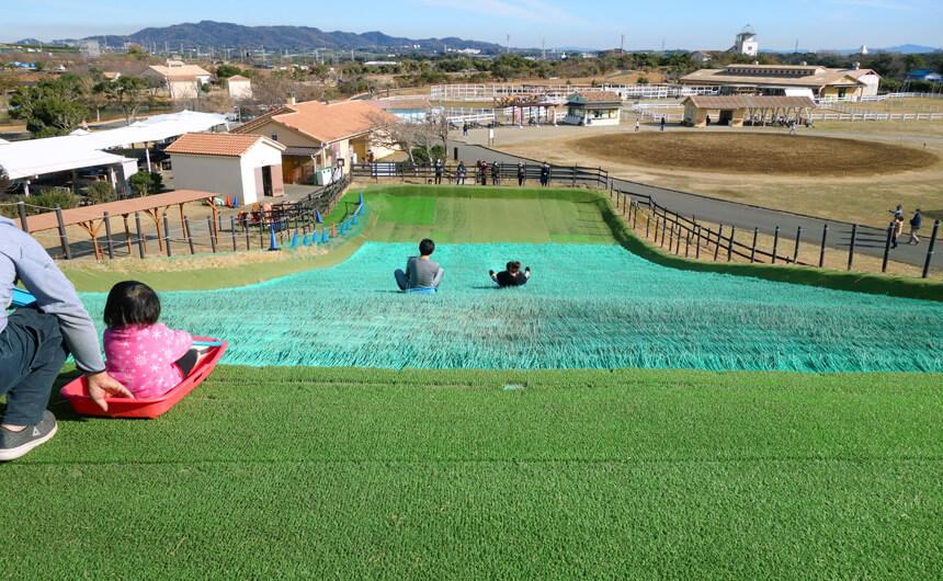 横須賀『長井海の手公園 ソレイユの丘』の芝そりゲレンデ