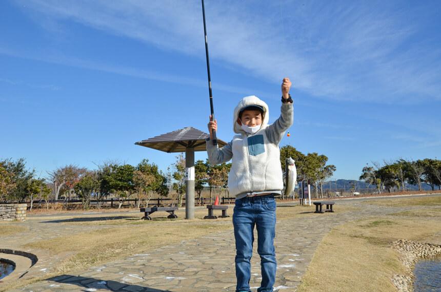 横須賀『長井海の手公園 ソレイユの丘』のニジマス釣りをする子ども