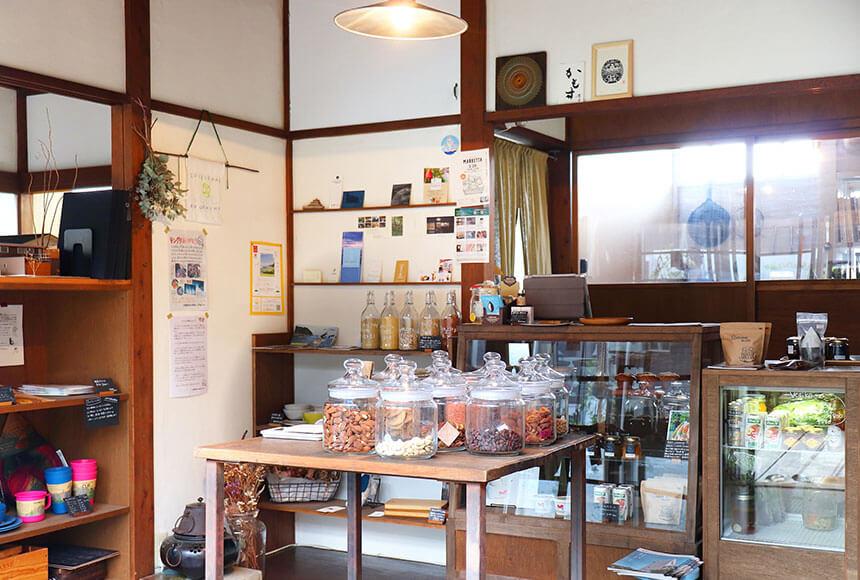 藤沢・本鵠沼のオーガニックカフェ『KAMOSU(カモス)』の店内