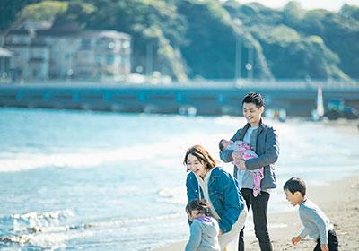 写真館・フォトスタジオ「スタジオカノン」の海で家族写真撮影