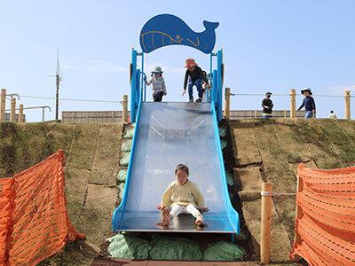 湘南海岸公園のちびっこ広場で遊ぶ子ども
