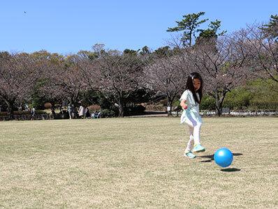 湘南藤沢・長久保公園の広場でボールを蹴る子ども