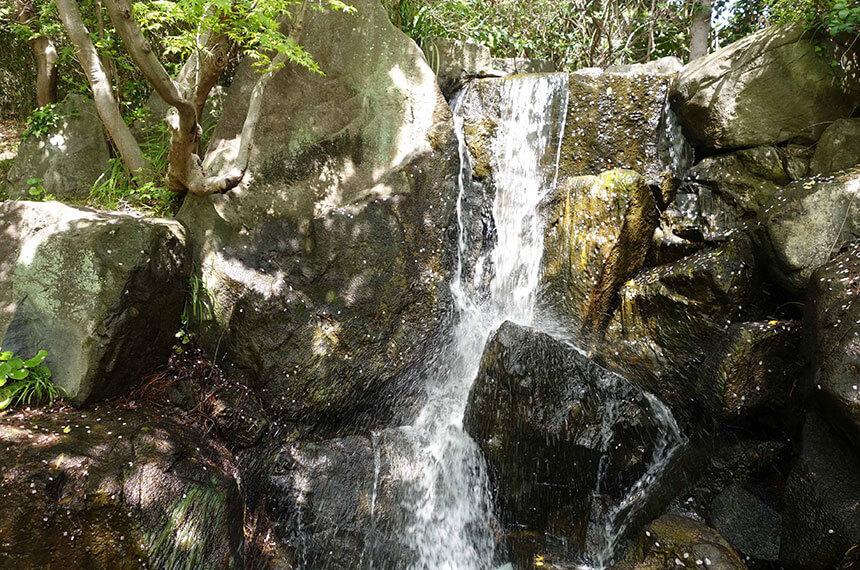 葉山しおさい公園の「噴井(ふけい)の滝」