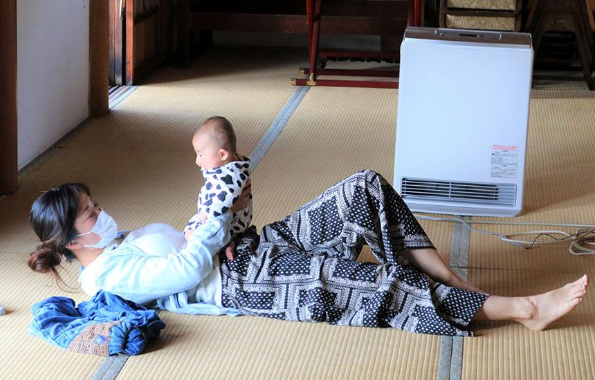 お寺ストレッチに参加する赤ちゃんとママ