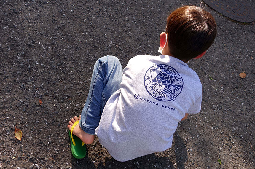 葉山のビーサン・ビーチサンダル専門店「げんべい」のTシャツとビーサンを身につけた子ども