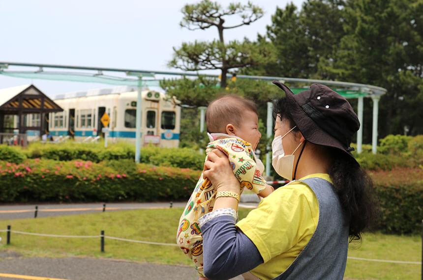 辻堂海浜公園「ママヨガ湘南」を取材する子育てママ
