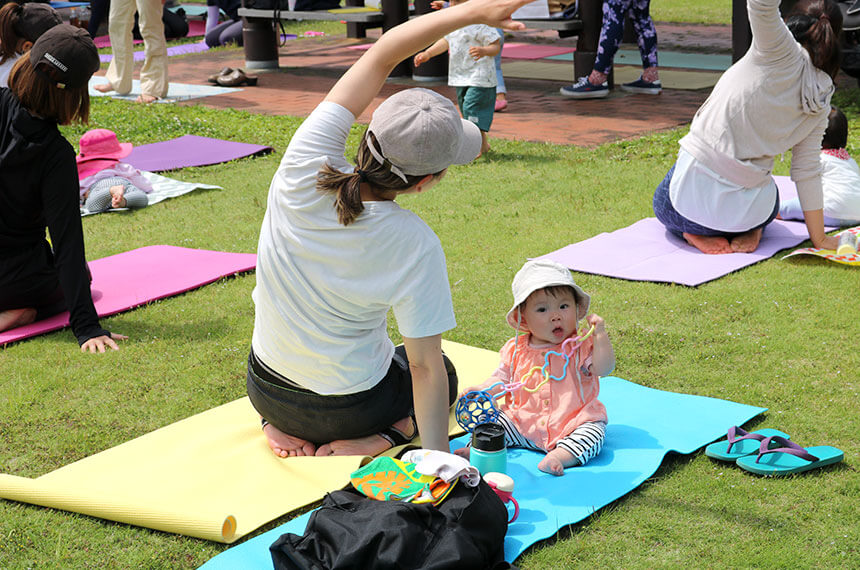 辻堂海浜公園「ママヨガ湘南」でヨガをするママと赤ちゃん