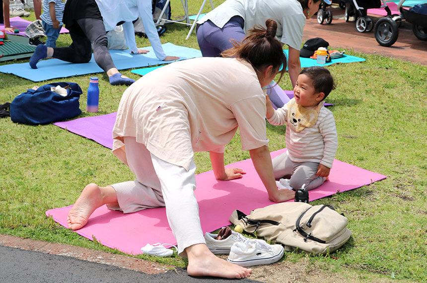 辻堂海浜公園「ママヨガ湘南」でママにお水をあげる子ども
