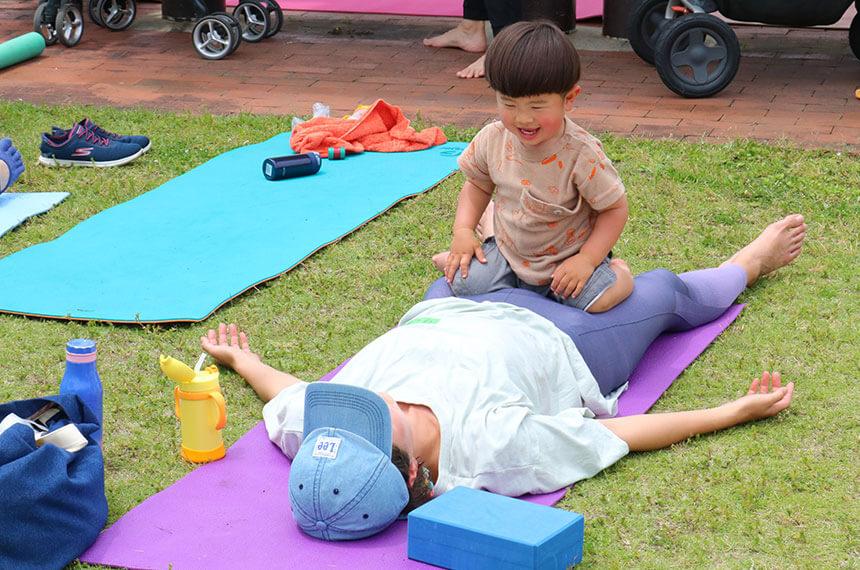 辻堂海浜公園「ママヨガ湘南」でママのお腹にのる子ども