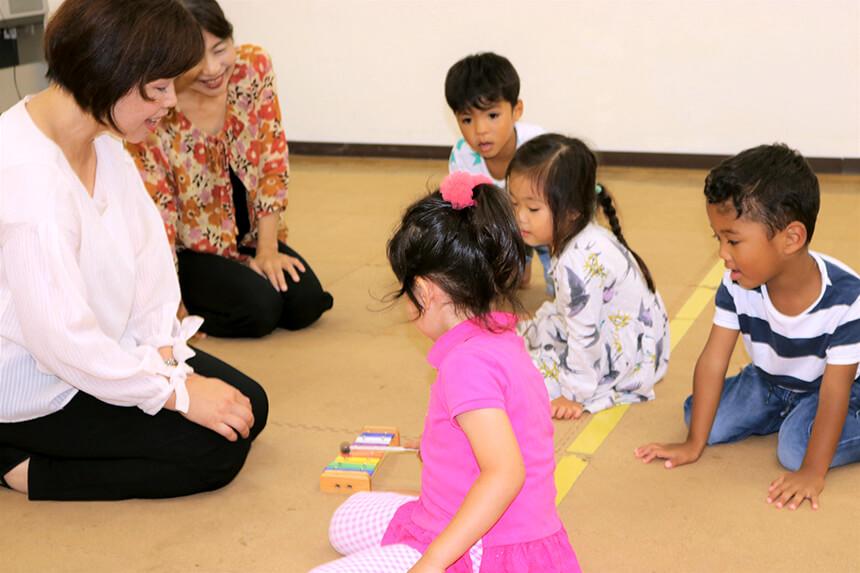 湘南・藤沢のリトミック教室の先生と子ども