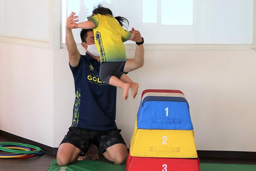 湘南の体操教室・運動教室『湘南ゴールデンエイジアカデミー』で跳び箱練習