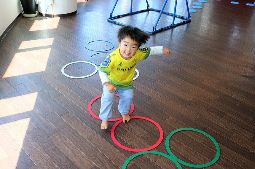 湘南の体操教室・運動教室『湘南ゴールデンエイジアカデミー』で練習する子ども