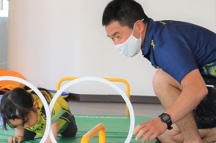 湘南の体操教室・運動教室『湘南ゴールデンエイジアカデミー』のコーチと子ども