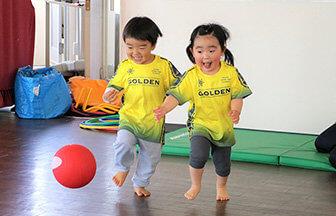 運動塾『湘南ゴールデンエイジアカデミー』で運動する子ども