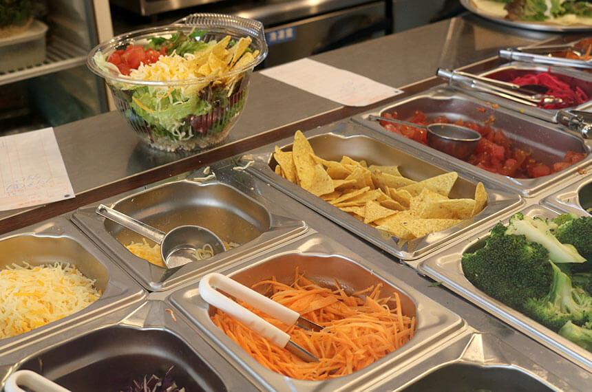 辻堂のサラダ専門店「ベリーベジー」のショーケースに並ぶ野菜