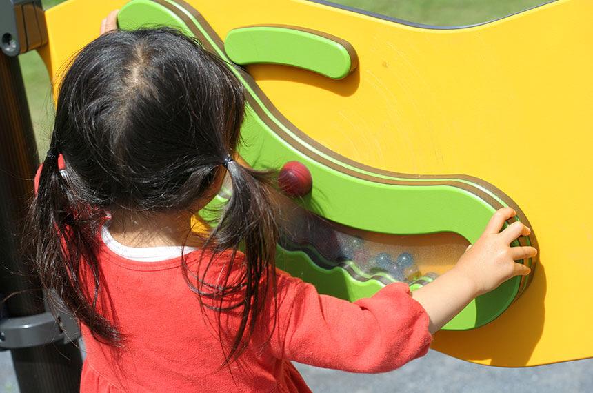 秋葉台公園にある遊具で遊ぶ子ども