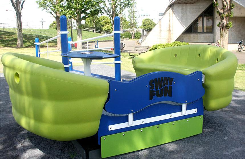 車椅子のまま乗れるスイング遊具