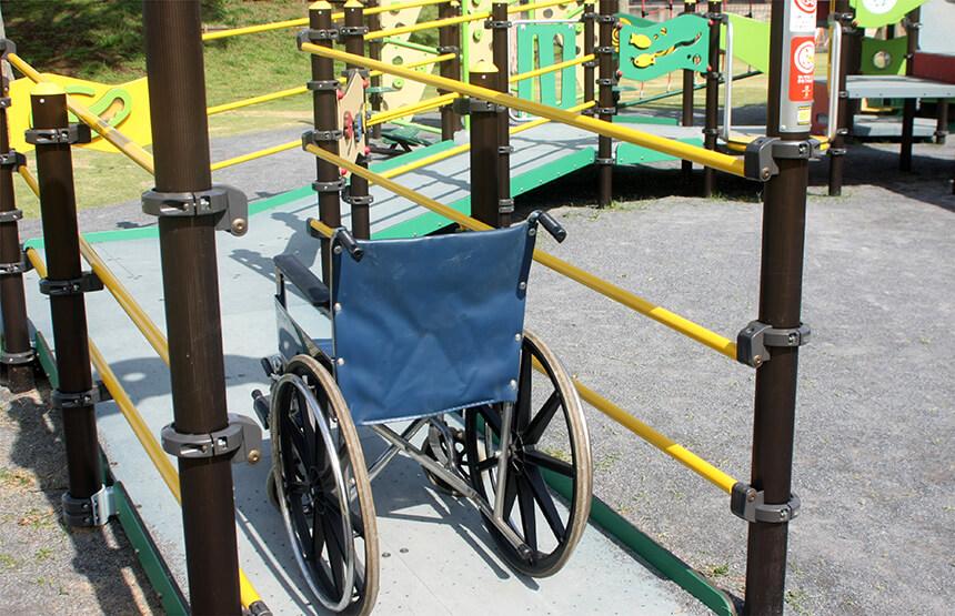 車椅子の子どもも遊べる複合遊具