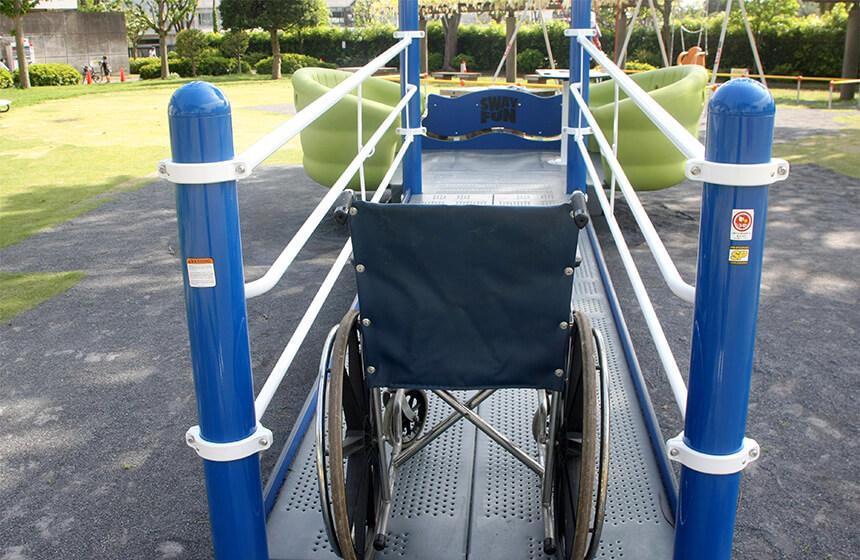 車椅子で移動可能な遊具の進入口