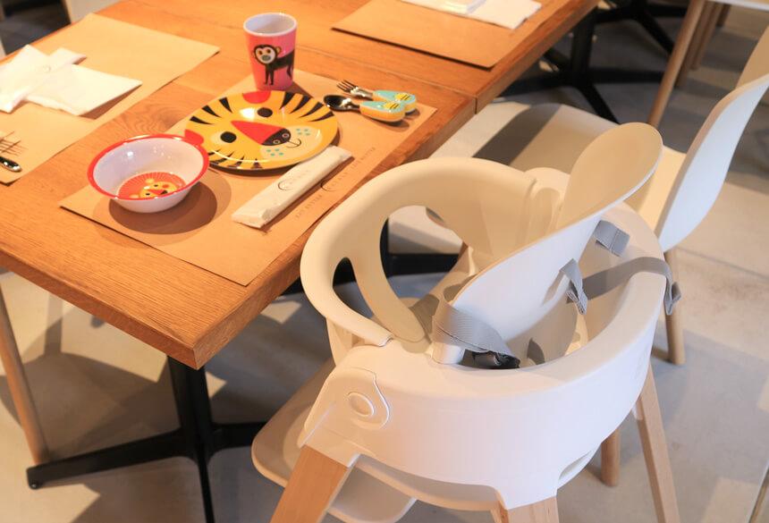 イータリー湘南店に用意されているの子ども用のお皿やハイチェア