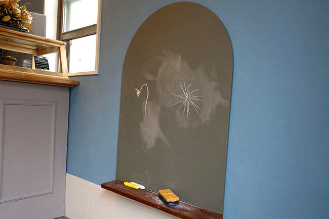 逗子「フジコマフィン」店内にある子ども用黒板