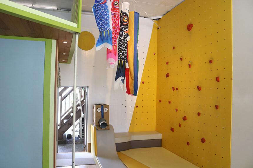 ボルダリングができる壁と小さなすべり台