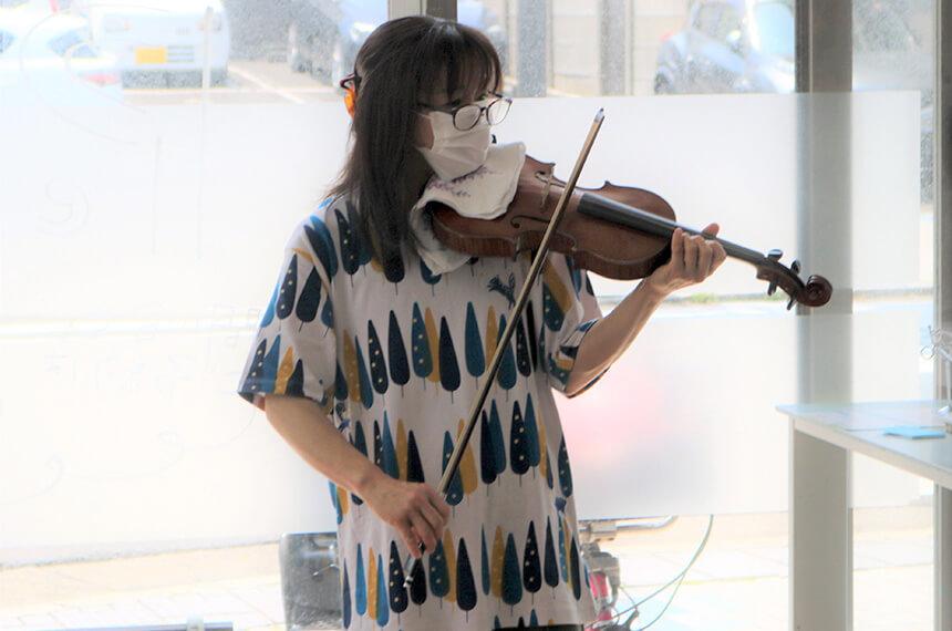 バイオリン演奏をする磯崎愛さん