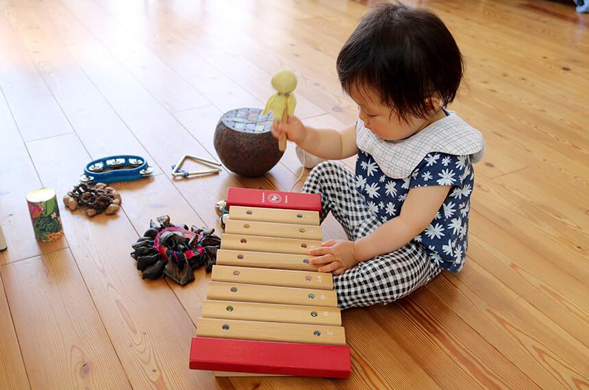 楽器で遊ぶ未就園児の女の子