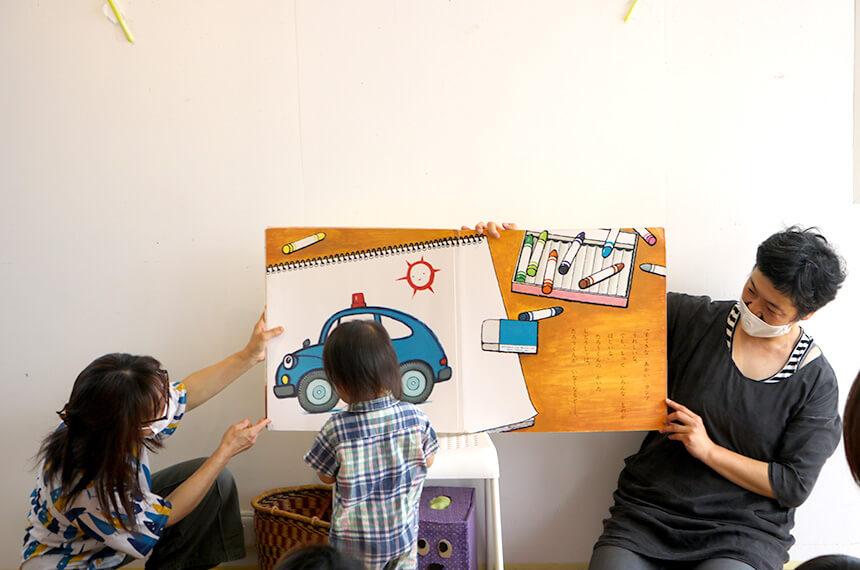 絵本の読み聞かせを聞く男の子