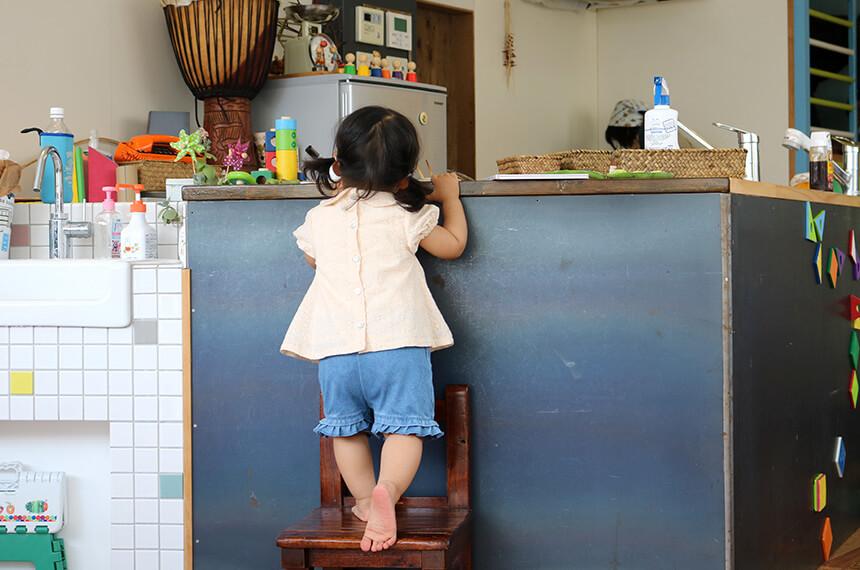 キッチンを眺める女の子