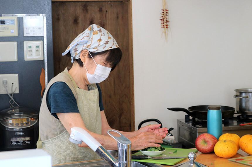 キッチンで料理をする加藤さん