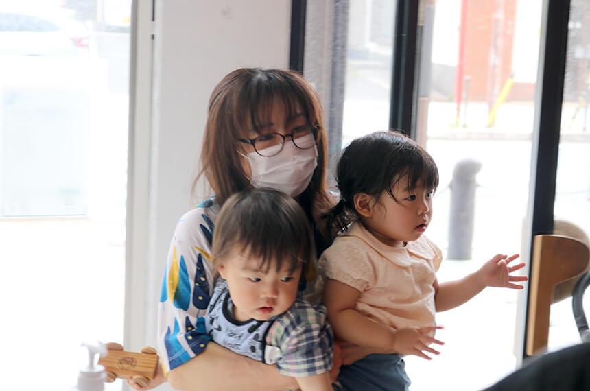 子ども達を抱っこしてお世話するバイオリン奏者