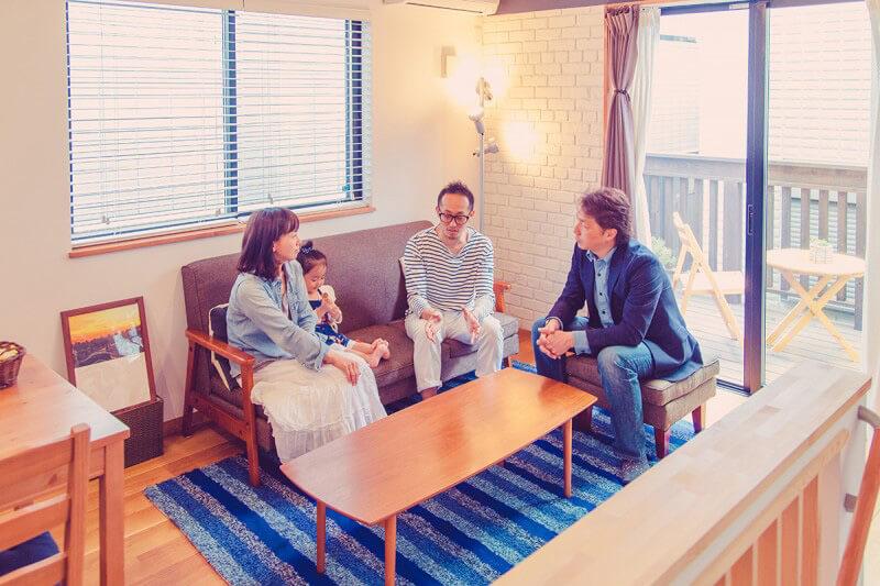 西川リビング社長からインタビューを受けるご家族