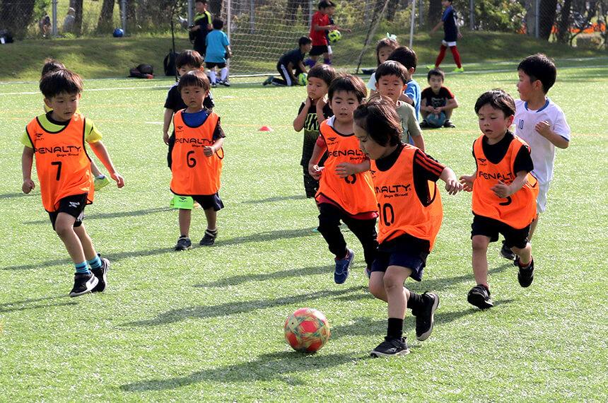 サッカーの練習をする子どもたち