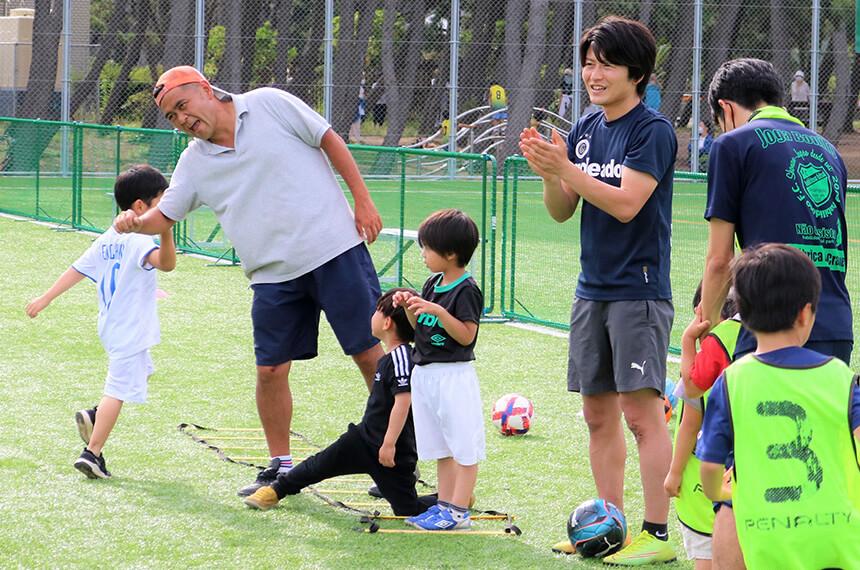 うみべのサッカークラブのコーチと子ども達