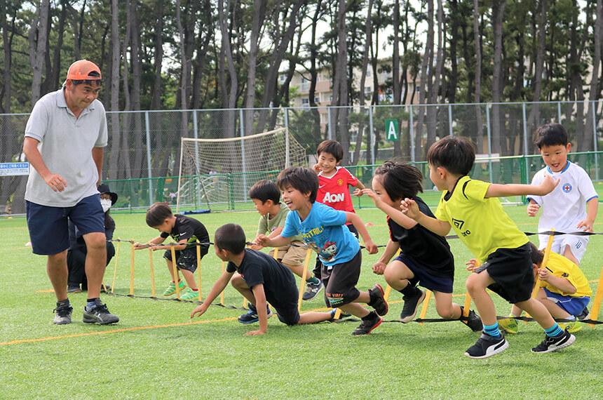 走る練習をするサッカークラブの子どもたち